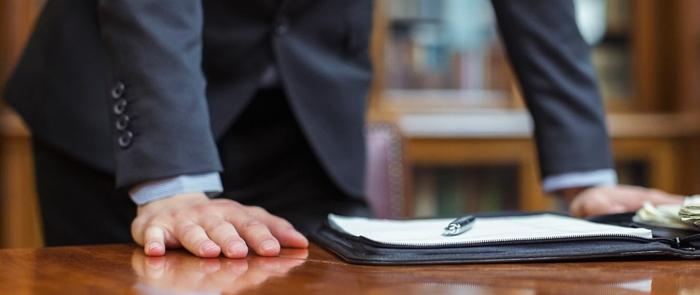 Адвокат у стола
