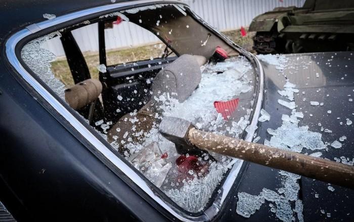 Разбитое стекло машины